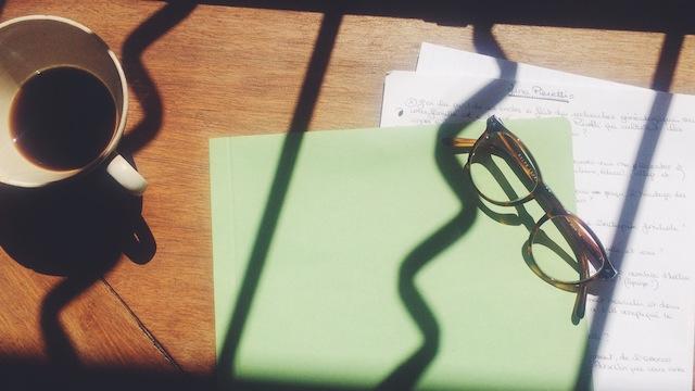 notes avec rayon du soleil, café et lunettes