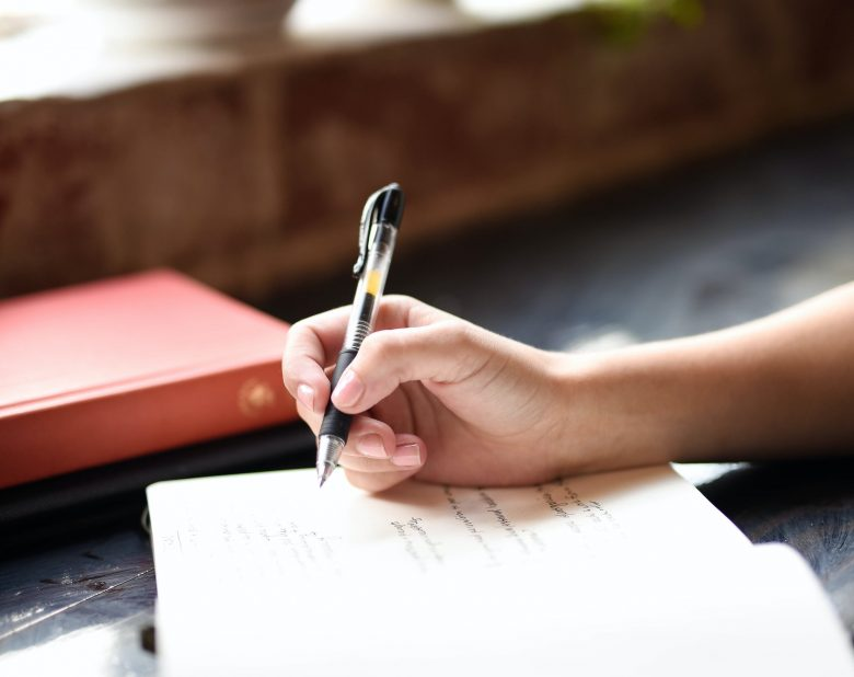 femme qui écrit sur un cahier